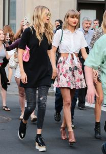 taylor-swift-martha-hunt-and-gigi-hadid-out-in-new-york-city-may-2015_2